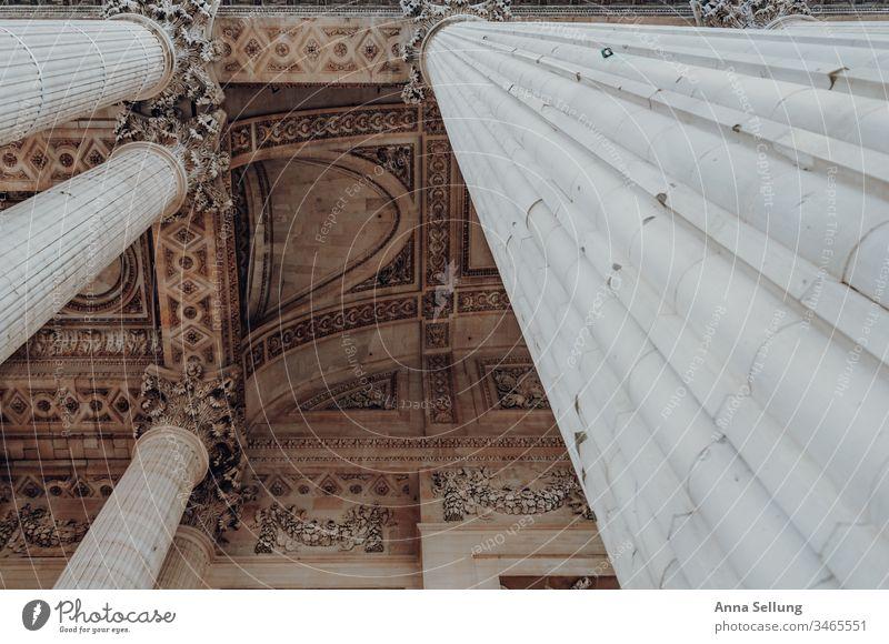 Blick nach oben entlang einer maßiven Säule auf Strukturen in der Decke blickführung entdecken Architektur beobachten bewundern Pastellton Strukturen & Formen