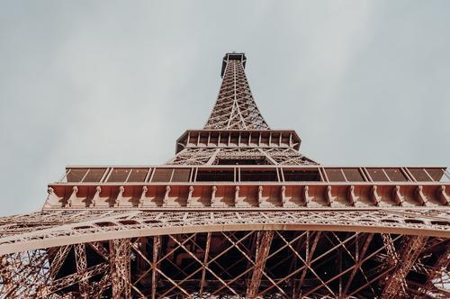 Der Eiffelturm ganz groß im Glanz Tour d'Eiffel Frankreich Paris Hauptstadt Stahl Bauwerk Europa Sehenswürdigkeit Wahrzeichen Architektur Farbfoto Außenaufnahme