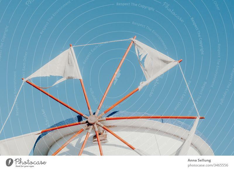 Windmühle beim blauen Himmel mit kaputten Blättern — Griechenland Turm Windstille weiß Blauer Himmel Farbfoto Menschenleer Außenaufnahme Kykladen Mittelmeer