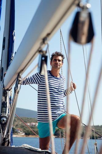 Junger Mann auf einem Segelboot weiß Schönheit Natur Gesundheit MEER Transport Sommer reisen mediterran Wasser Lifestyle Porträt Licht Tourismus jung Boot