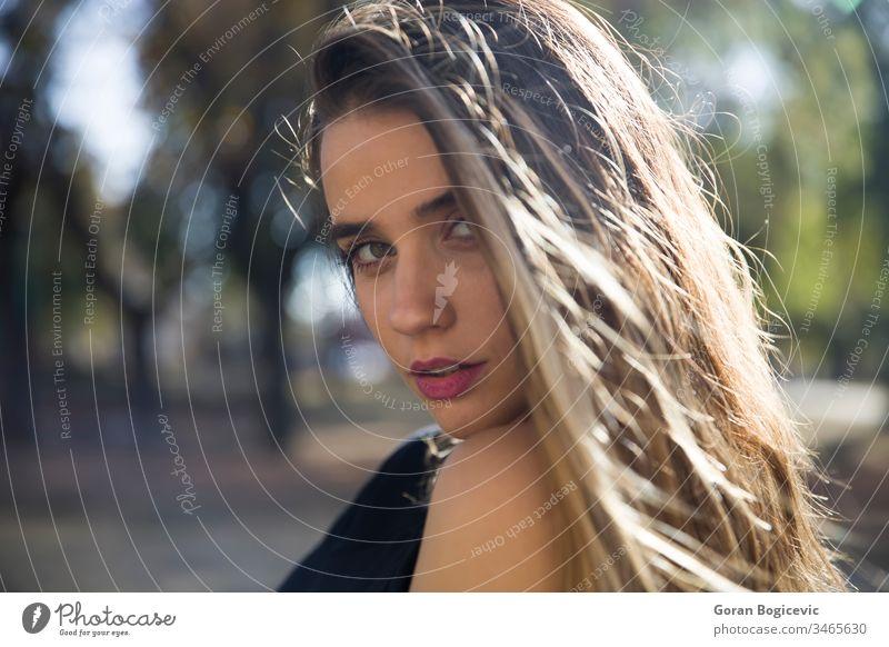Hübsche junge Frau Erwachsener Stil Hintergrund Person Sommer Behaarung im Freien Mode Porträt Park hübsch Natur Model schön attraktiv Glück Menschen Teenager