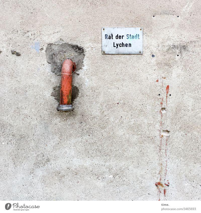 kein Anschluss unter dieser Nummer wand mauer putz rohr schild löcher trashig kaputt stillgelegt lychen stadtrat rohrverschluss abwasser beton verputzt