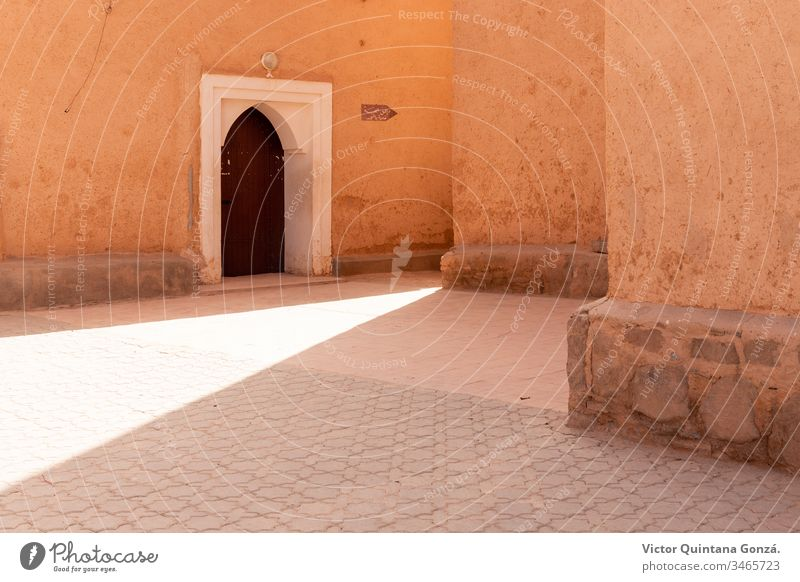 Marokkanische Straße mit Sonnenstrahl Afrikanisch Berber marrakech Marokkaner Marokko Lehmziegel antik Antiquität Bogen Architektur Kunst Gebäude Hof Tür