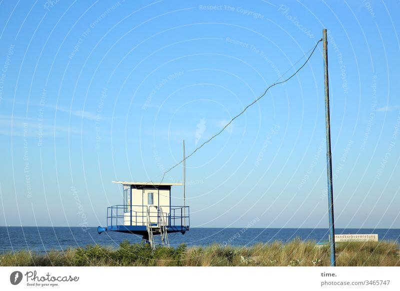 lange Leitung himmel horizont sonnenlicht transport versorgung service wasser meer ostsee strand aufpassen Strandwache gras düne mast kabel stromleitung Gebäude