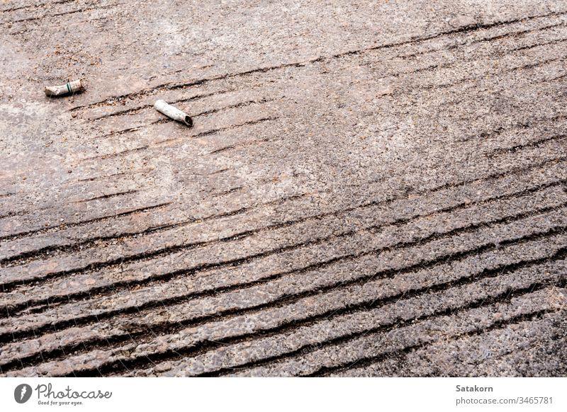 Die Zigarettenkippe auf dem Betonboden heruntergelassen Stock Hintern dreckig Gefahr Boden ungesund Hintergrund weiß Krebs Müll Tabak verwendet Textur Tapete