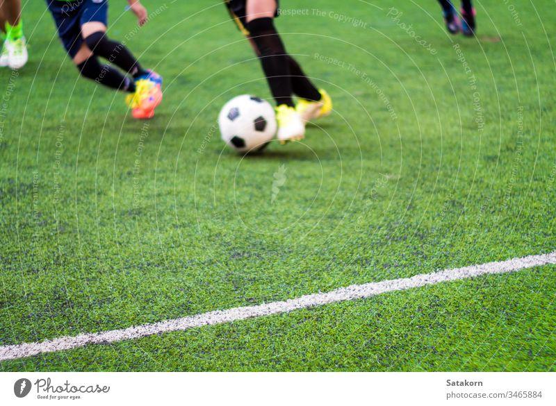 Die Fussballer treten am Sporttag der Grundschule gegeneinander an Fußball Kinder Schule Spiel grün Streichholz spielen Junge jung Hintergrund Feld Spieler