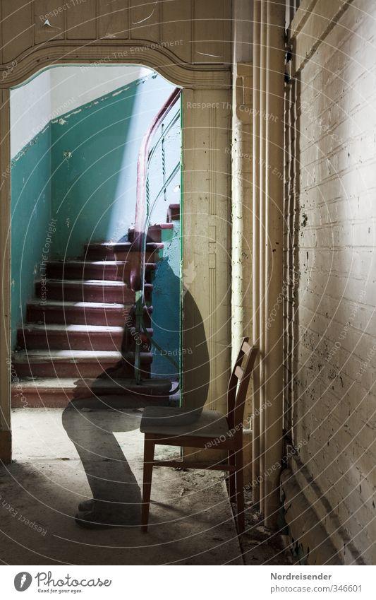 Vergänglichkeit Sinnesorgane ruhig Meditation Stuhl Zeitmaschine Mensch Mann Erwachsene Gebäude Architektur Mauer Wand Treppe alt sitzen warten gruselig