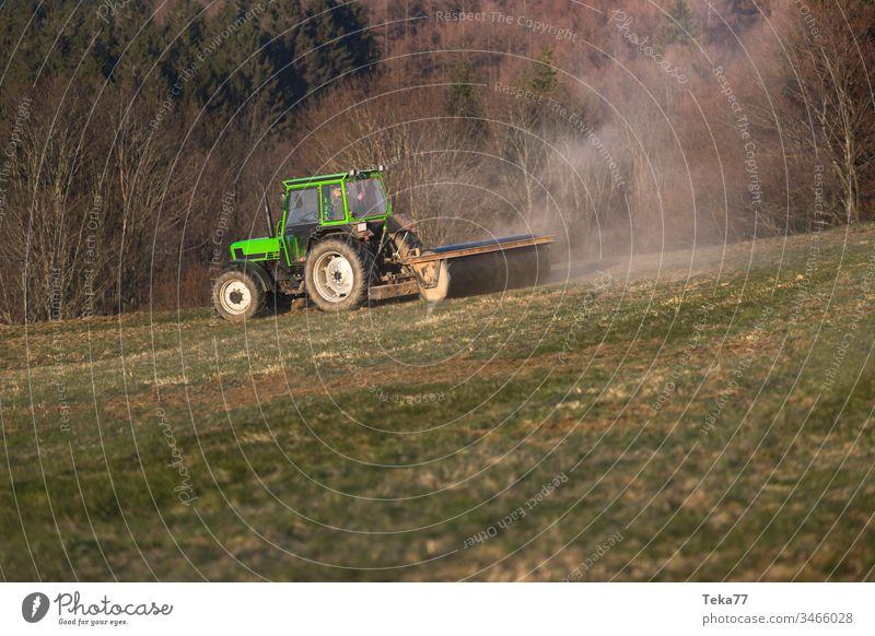 ein Traktor auf einer Wiese am Abend grüner Traktor moderner Traktor landwirtschaftlich Ackerbau Business Land Landschaft kultivieren Bodenbearbeitung Umwelt