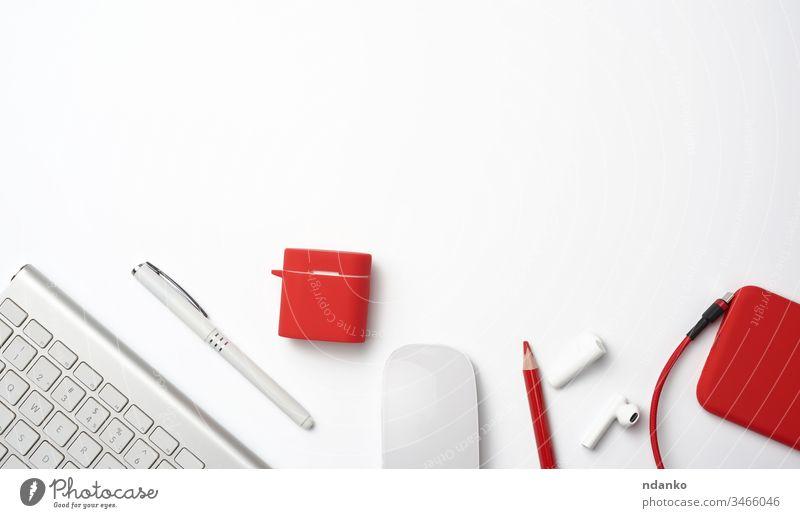Weiße drahtlose Tastatur, rotes Smartphone, Maus auf weißem Hintergrund oben blanko Business Computer Design Designer Schreibtisch Desktop Gerät Schriftstück