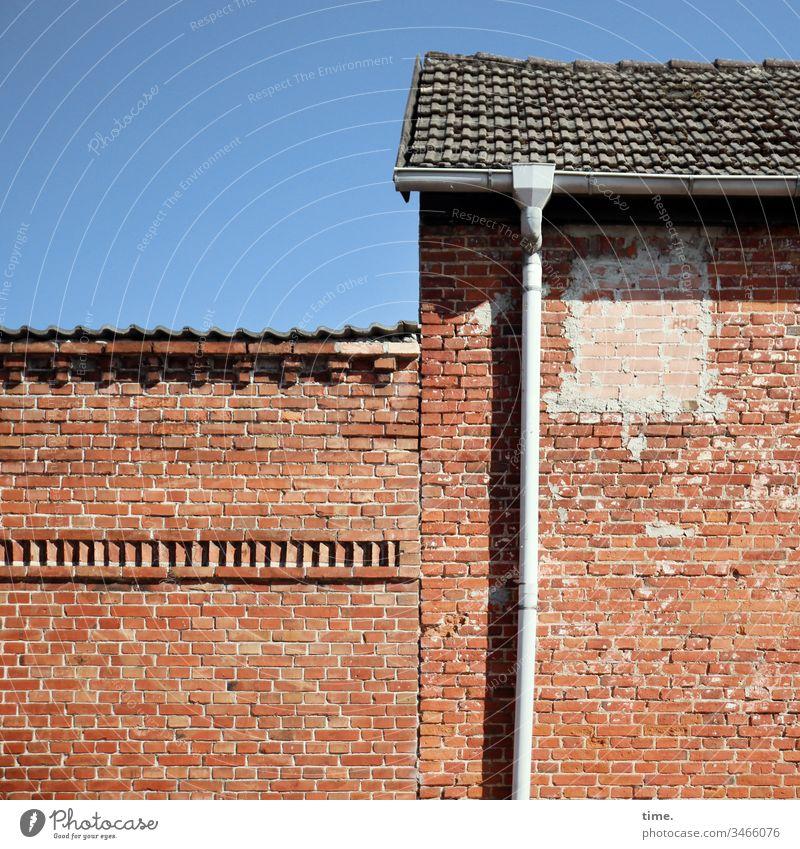 Abgang haus backstein fallrohr wand regenrinne regenrohr dach sonnig himmel fensterlos dachziehel fassade mauer dachziegel stützen