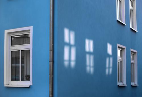 Lichtspielhaus fenster blau wand regenrohr fallrohr spiegelung lichtfleck düster entdeckung lebendig hausecke urban