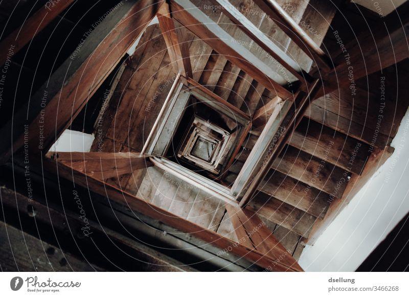 Blick in altes Treppenhaus nach unten Blick nach unten Kunstlicht Abend Innenaufnahme Farbfoto Selbstmord Suizidalität Stimmung Haus Altstadt Leuchtturm