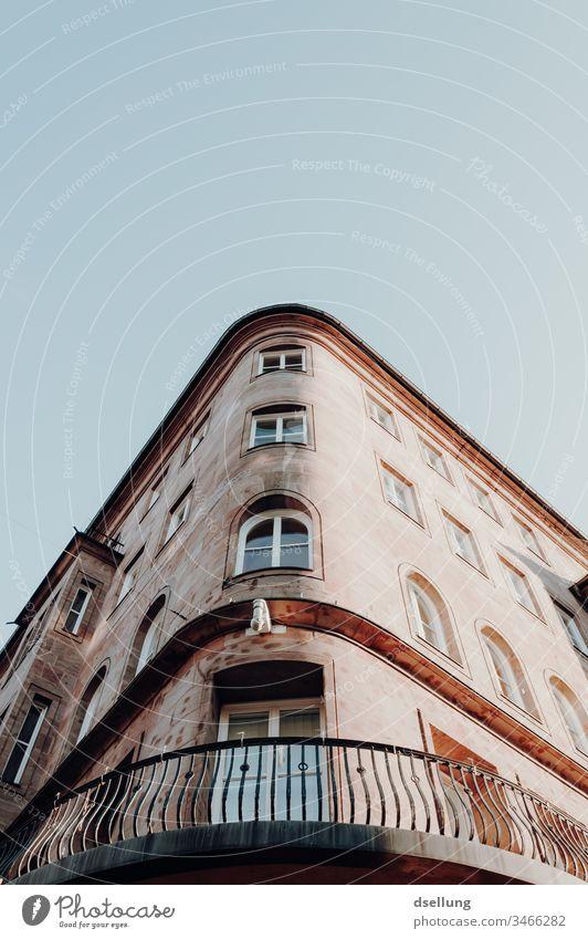 Spitze und doch abgerundete Fassade eines älteren Hauses Fluchtpunkt Architektur Postkarte reisen Reisefotografie Ferien & Urlaub & Reisen residieren Domizil