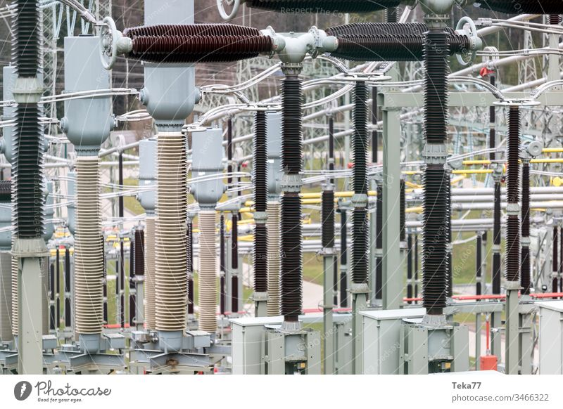 moderner Hochspannungsschaltanlagen-Hintergrund Hochspannungs-Umspannwerk Spannung Energie Elektrizität Stahl amp grün grau gelb stechend Unschärfe