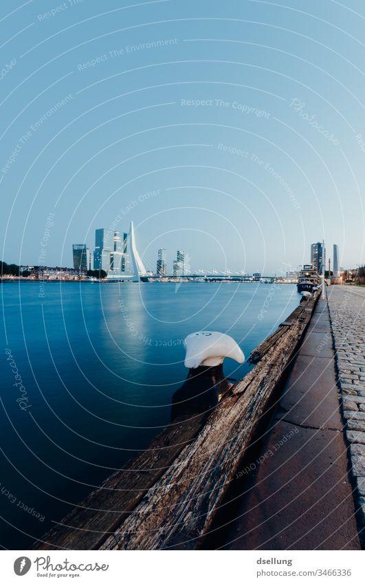 Blick in den Hafen von Rotterdam am Abend Reflexion & Spiegelung Dämmerung Hafeneinfahrt Globalisierung Wachstum Konkurrenz Business ästhetisch leuchten