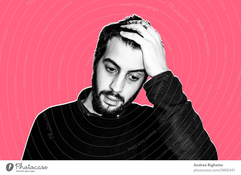 Zeitgenössische Kunst-Collage. Konzept des Unmöglichen, Unüberschaubaren. Porträt eines jungen bärtigen Mannes mit der Hand im Kopf. Er ist hoffnungslos. Er denkt, er kann es nicht schaffen. Schwarz-Weiß-Bild. Roter Hintergrund