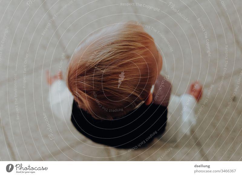 Sicht von oben auf einen kleinen blonden Jungen in schicker Kleidung Kind niedlich Menschen jung wenig Lifestyle Feiertage Unschuld träumend kleiner Junge