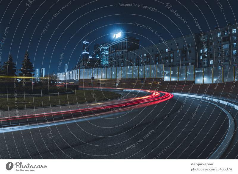 Langbelichtungsfoto Nachtstraße Großstadt Verkehr Licht Straße PKW Geschwindigkeit Autobahn urban Unschärfe Transport reisen schnell Gebäude Autos Business