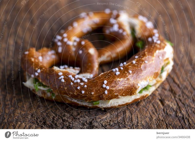 bayerische Brezel mit Butter auf Holz Brezn Butterbreze schnittlaich Frühstück Oktoberfest Backen Essen Bayern Brot Deutschland traditionell München