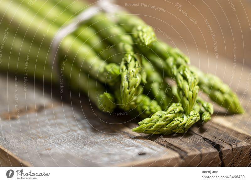 Nahaufnahme von rohem grünen Spargel Haufen gesund Ernährung Lebensmittel Roh Zutat Bio Diät Holz vegetarisch Gemüse Hintergrund frisch Vitamin Essen Gesundheit