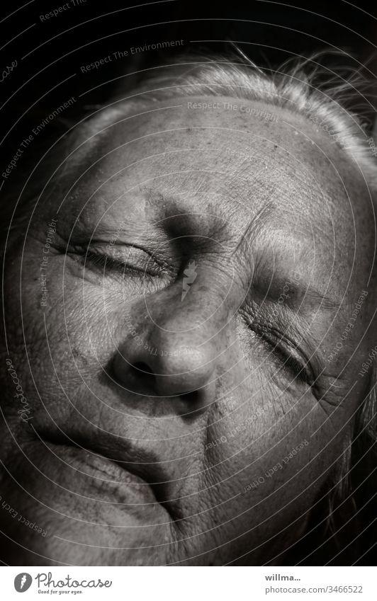 Großmütterchen Großmutter erinnern Gesicht Seniorin weißhaarig runzlig Alter 60 und älter Weiblicher Senior alt Mensch Augen geschlossen ruhen Augen zu schlafen