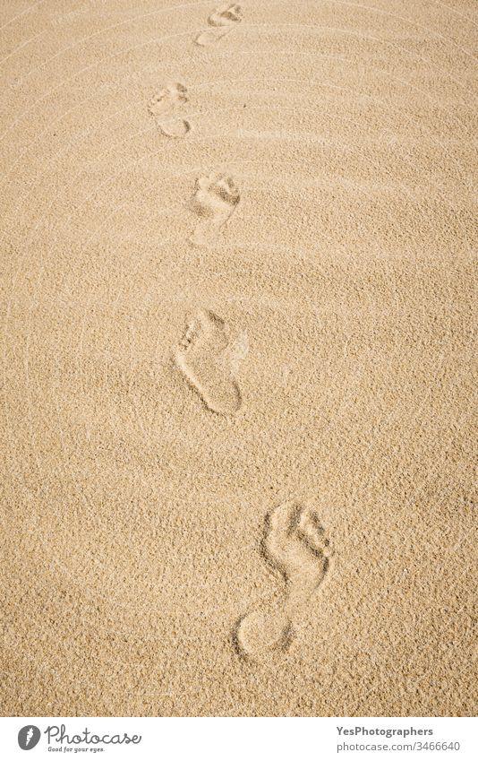 Barfüßige Fußabdrücke auf Sand. Spaziergang am Strand Deutscher Strand allein Hintergrund nackte Füße europäische Insel feiner Sand Fußweg Fußspuren Fußstapfen