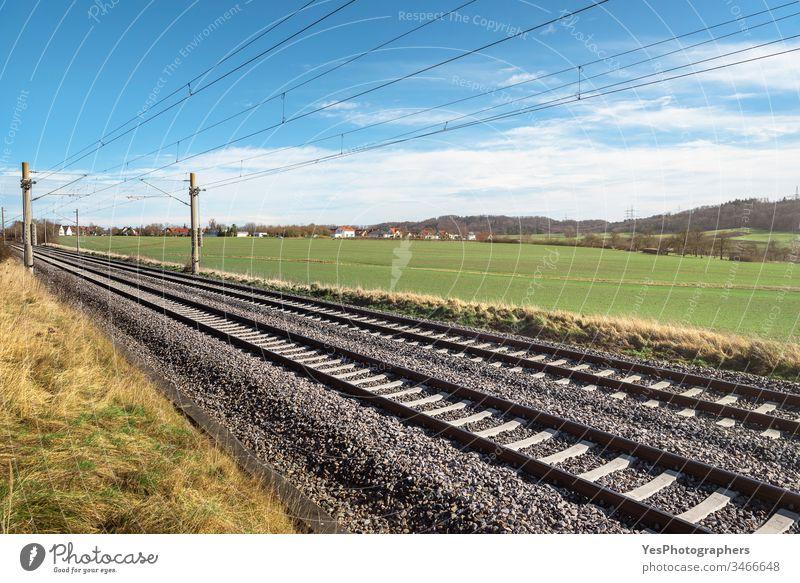 Eisenbahnschienen durch grüne Wiese. Deutsche Eisenbahn-Infrastruktur Deutschland Anschluss Regie Europa Freiheit Deutsche Bahn Reise Landschaft logistisch