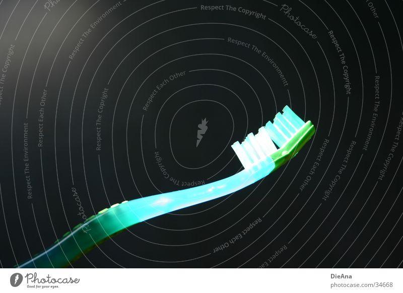 erleuchtet Borsten Zahnpflege Reinigen Sauberkeit rein erleuchten grün weiß dunkel Stil Häusliches Leben Bürste Mund Lampe blau schwarz hintergrund