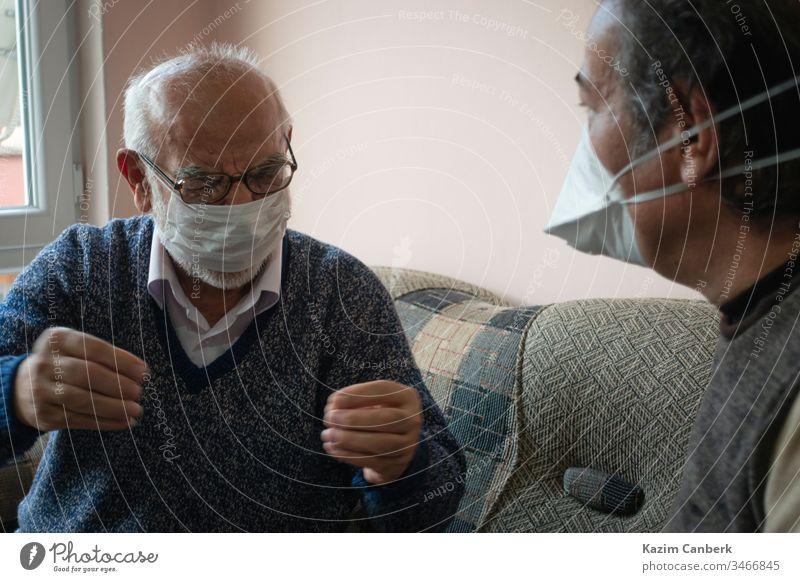 Älterer maskierter Mann erzählt von seinen Problemen mit dem Coronavirus Truthahn Türkisch Korona Virus Corona-Virus Quarantäne Sperrstunde Infektion Europa
