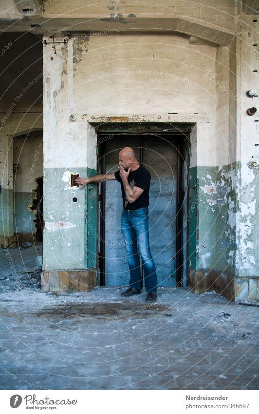 Totalausfall... Mensch Mann blau Haus Erwachsene Wand Wege & Pfade Architektur Mauer maskulin Tür dreckig Vergänglichkeit Sicherheit T-Shirt berühren