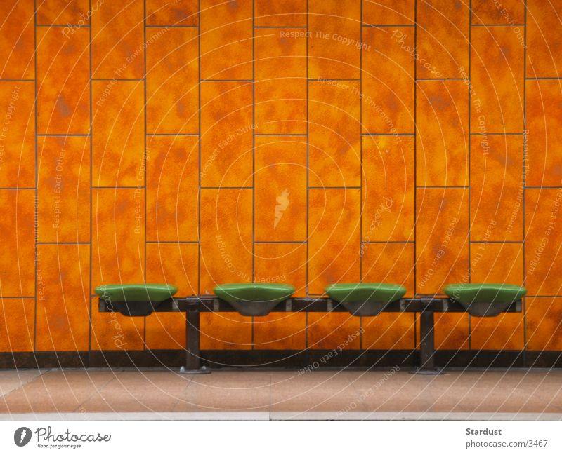 Die letzte U-Bahn Station Verkehr Sitzgelegenheit warten Fliesen u. Kacheln