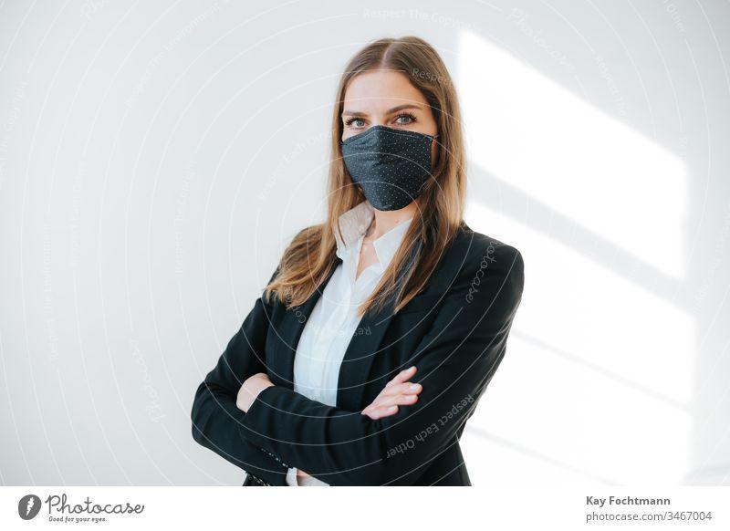 erfolgreiche Geschäftsfrau mit Atemschutzmaske Business Coronavirus covid-19 Tag Krankheit Gesicht Angst Frau Grippe Gesundheit vereinzelt Mundschutz Pandemie
