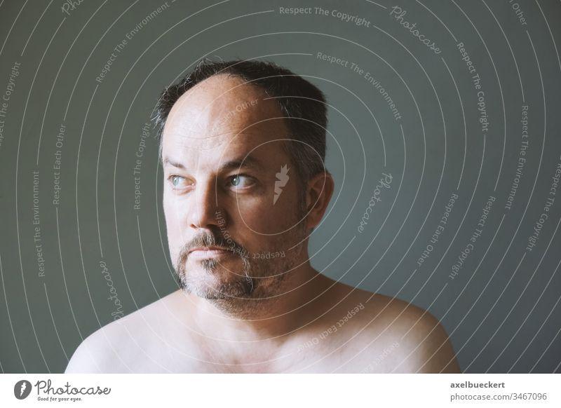 nachdenklicher Mann mittleren Alters schaut weg Erwachsener Wegsehen Kontemplation Denken besinnlich Oberlippenbart Schnurrbart Vollbart Maskulinität männlich