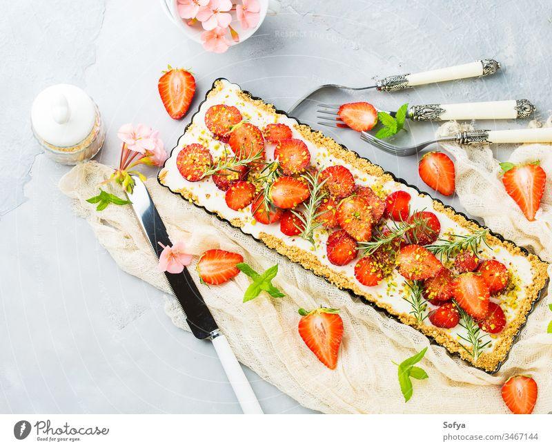 Hausgemachter Erdbeerkuchen ohne gebackenen Käse Kuchen Ricotta Hintergrund Erdbeeren grau Sahne lecker Frucht Minze Lebensmittel süß frisch hausgemacht Gebäck
