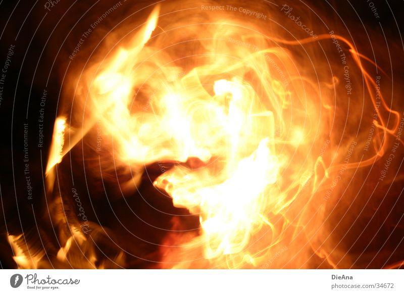 Fire E.T. Feuerball Langzeitbelichtung brennen Explosion explosiv Licht außerirdisch rot heiß Fototechnik feuerfratze Brand Flamme orange Wärme Bewegung