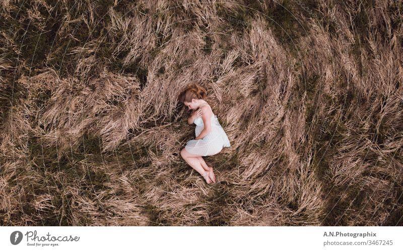 Schwangere Frau mit weißem Kleid auf einem Feld schwanger bauch mutter babybauch feld blond kleid weißes kleid feminin Erwachsene liebe liebevoll lieblich