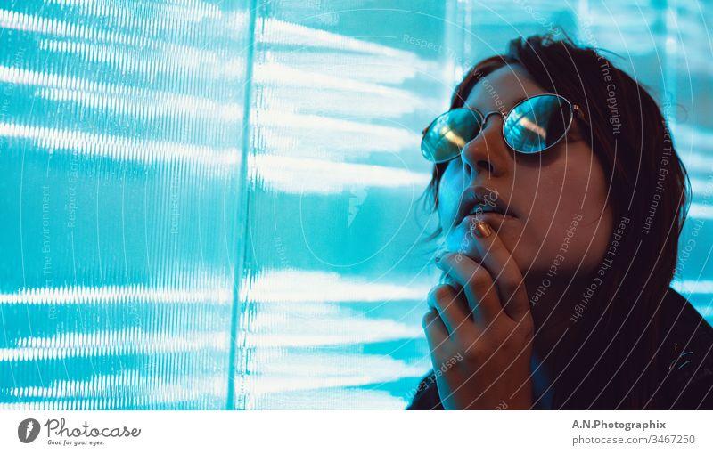 Frauen Portrait mit Brille neben einer LED Wand Porträt porträtfotograf porträtfotografie brille weiblich frau Brillenträger reutsche Beautyfotografie licht led