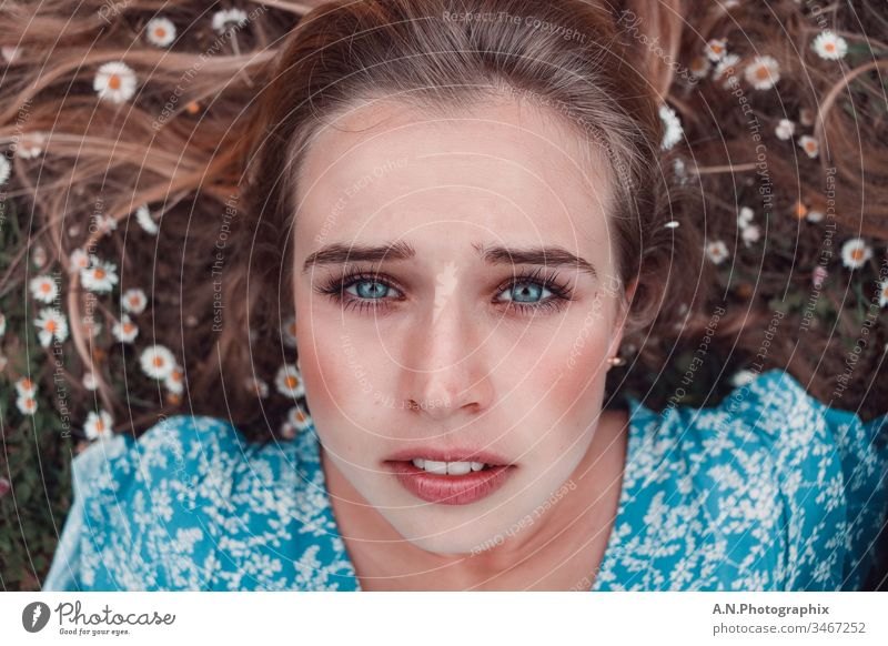 Schönes Frauen Porträt im Gänseblumenbeet, im Sommer frau porträt gänseblümchen gänseblumen jung gesicht haar gestalten augen brünett close up person emotional
