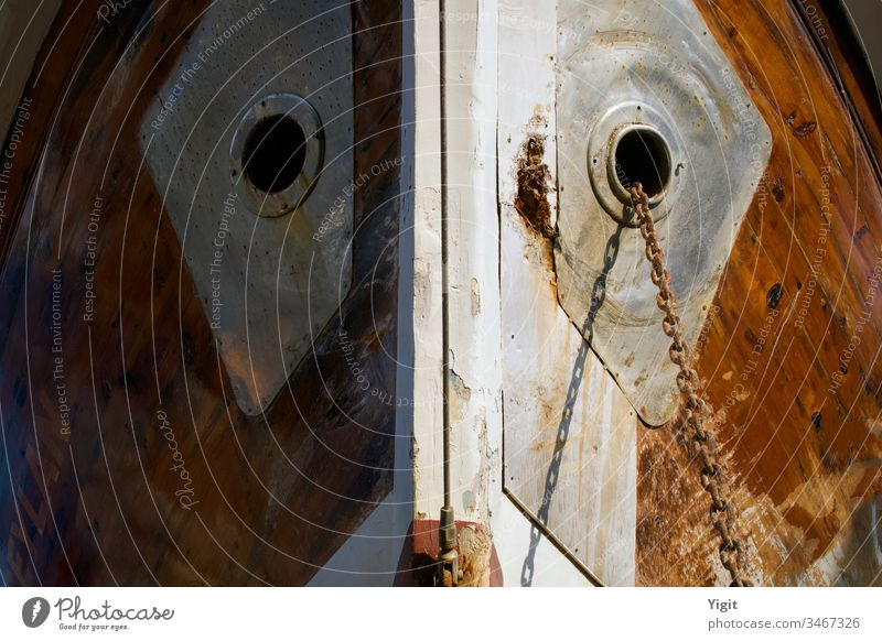 Schiffsnasendetail von einer Schiffswerft abstrakt Anker Ankerkette Hintergrund braun Nahaufnahme Gewerbe Konzept Begriffsbild Konstruktion Schiffsdeck Design