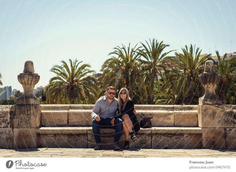 Junges elegantes Paar sündigt in einem Park in der Stadt Erwachsener Teenager blond kolumbianisch Spanien Mädchen jung Frau attraktiv Tag stylisch im Freien