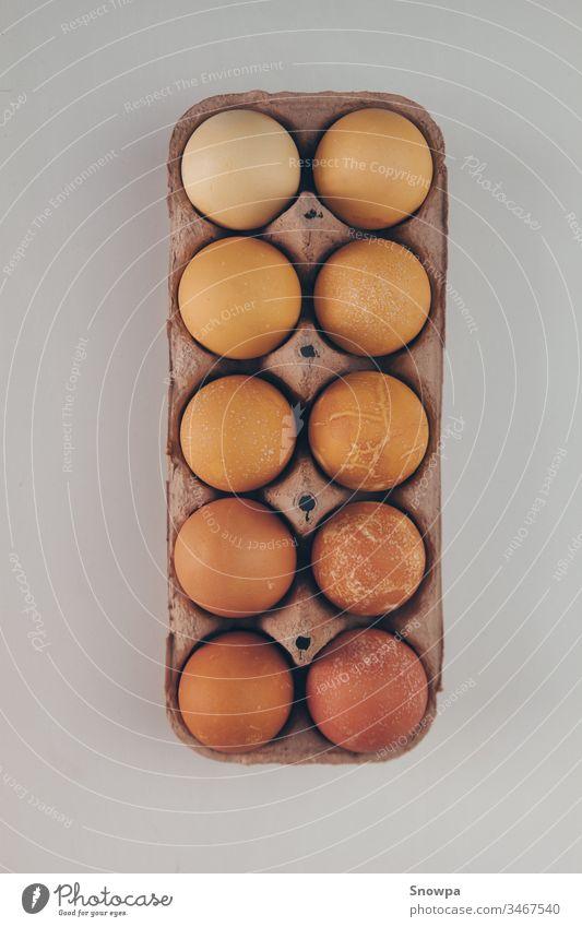 Verschiedene Schattierungen von braunen Eiern in einem Eierkarton. Schutz Karton Lebensmittel Natur organisch Hähnchen Paket Protein Tier Gesundheit Papier