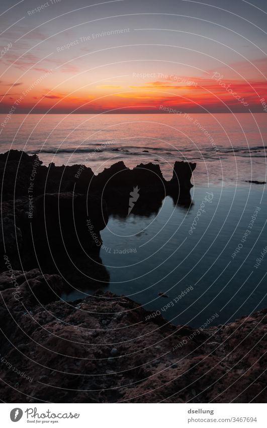 Sonnenuntergang an felsiger Küste Abend Dämmerung Fernweh Wolken Abenteuer Ferne Tourismus Freiheit Schatten Licht steinig Berge u. Gebirge Horizont