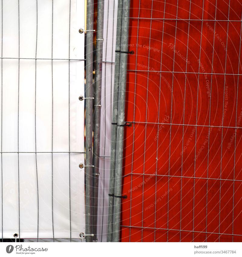 Absperrgitter mit roter und weißer Plane Barriere Spalier Schutz Baustelle Strukturen & Formen Mauer Sicherheit Metall Gitter Gitterzaun Zaun Konstruktion