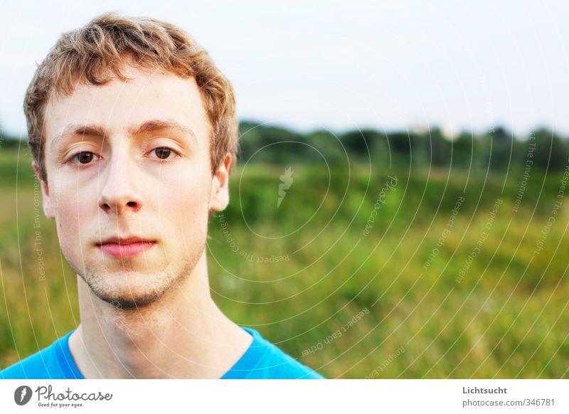 Skeptische Jugend maskulin Junger Mann Jugendliche Kopf 1 Mensch 18-30 Jahre Erwachsene T-Shirt kurzhaarig Dreitagebart blond schön grün türkis skeptisch