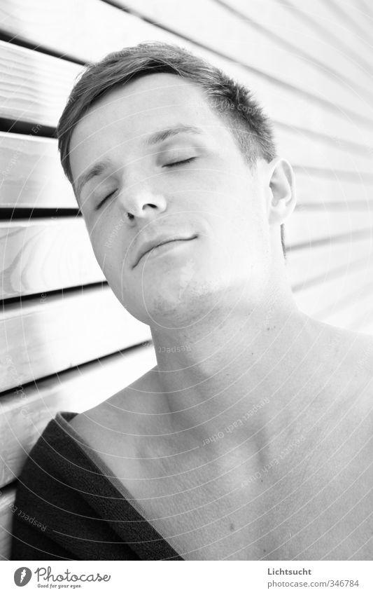 Sommerkind maskulin Junger Mann Jugendliche Kopf Gesicht 1 Mensch 18-30 Jahre Erwachsene Fassade Holzfassade Badetuch kurzhaarig genießen träumen frisch Glück