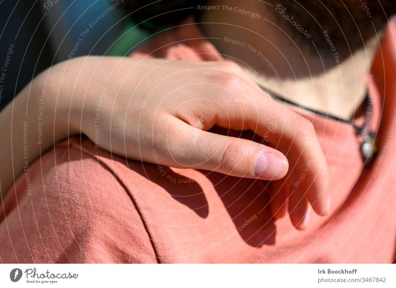 Hand auf der Schulter Mensch Frau Finger Erwachsene Junge Frau Außenaufnahme Haut feminin Farbfoto schön Liebe Zärtlichkeit rot Jugendliche