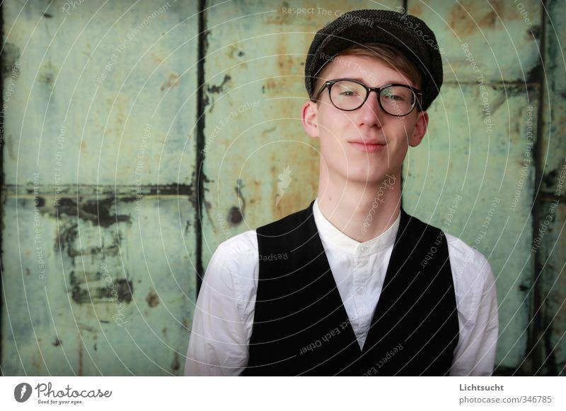 Vor grünem Hintergrund Student maskulin Junger Mann Jugendliche 1 Mensch Hemd Weste Brille Hornbrille Mütze blond Lächeln Blick Freundlichkeit Glück trendy