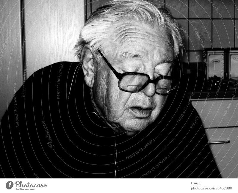 Der alte Mann rechnete und rechnete, doch es blieb dabei, seit dem letzten Einkauf fehlten drei Cent in seinem Portemonnaie. Küche Senior Schwarzweißfoto Tag