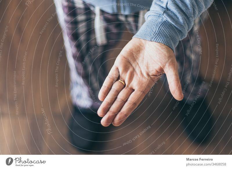 Ausgestreckte Hand, Draufsicht. Gesten der Hand. Eingeschlossene Person Erwachsener allein Arme Hintergrund Kaukasier Konzept begrenzt leer erweitert Finger