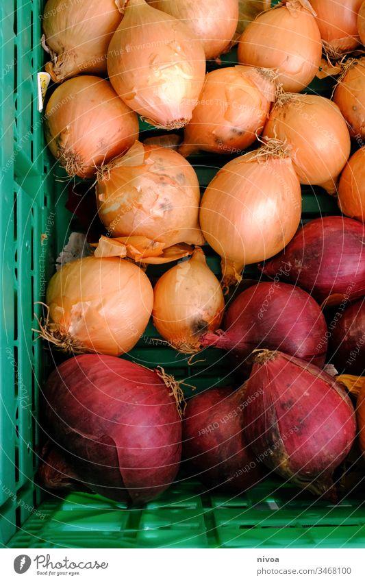 Zwiebeln im Körbchen Bioprodukte zwiebeln Lebensmittel Gemüse Markt Korb Gesundheit frisch Ernährung Vegetarische Ernährung Farbfoto Außenaufnahme Menschenleer